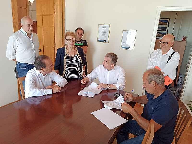Την σύμβαση για την αποκατάσταση του αγωνιστικού χώρου δημοτικού γηπέδου Γερανίου υπέγραψε ο Περιφερειάρχης
