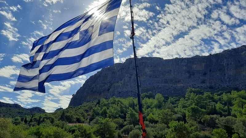 Στο Καστελόριζο κυματίζει η μεγαλύτερη ελληνική σημαία - Την ύψωσαν οι Κρητικοί  Bloblos
